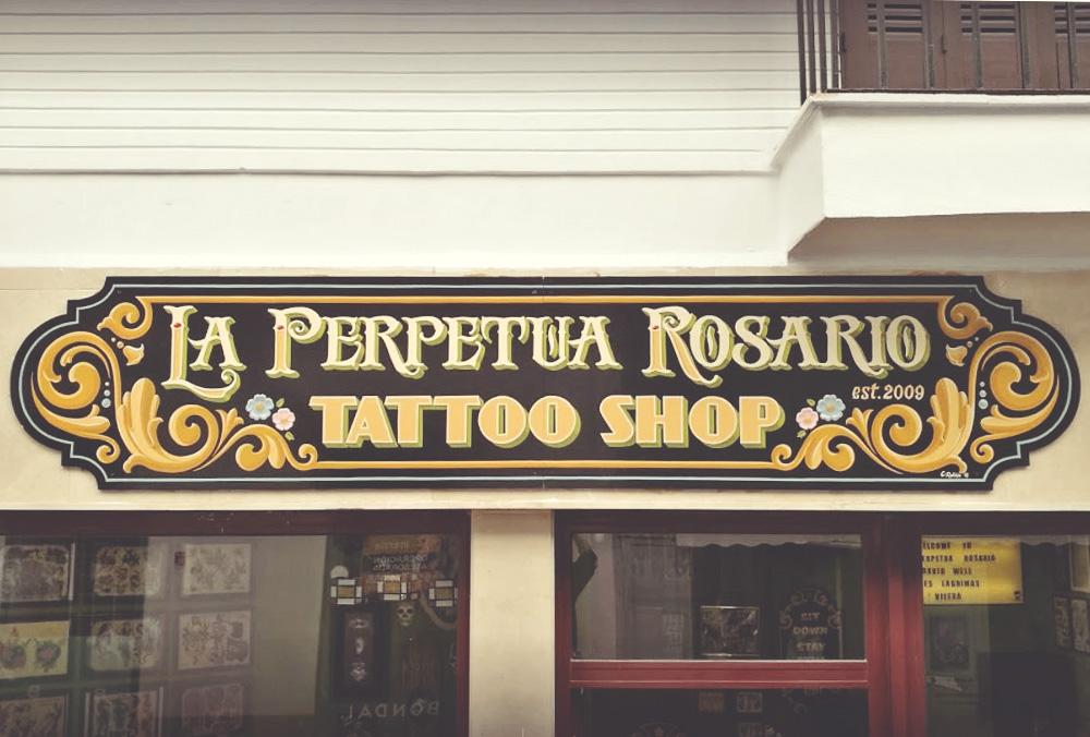 rotulo madera pintado a mano tattoo shop